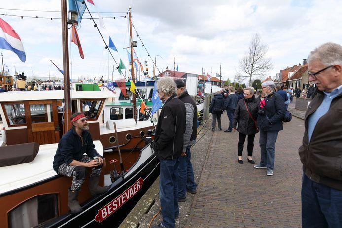 Toeschouwers in de haven van Elburg.