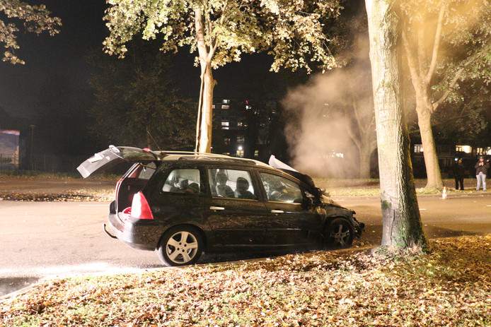 Rijdende auto vliegt in brand in Utrechtse wijk Overvecht