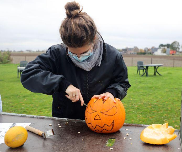 Sophie Doens doet voor hoe je een Halloween-pompoen maakt.