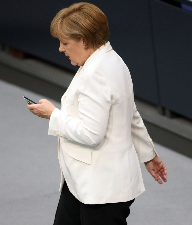 Bondskanselier Angela Merkel staat bekend als fervent smartphone gebruiker Beeld ANP