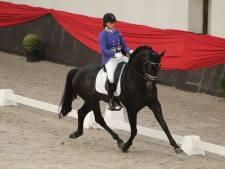 Maaike Zeeveld dankt haar geweldige paard na behalen NK-medaille