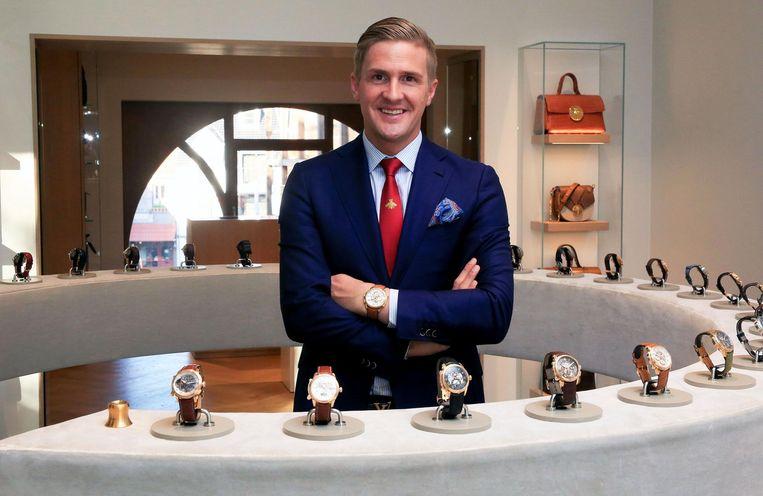Kristof D'Hondt in zijn kledingspeciaalzaak tussen de luxehorloges.