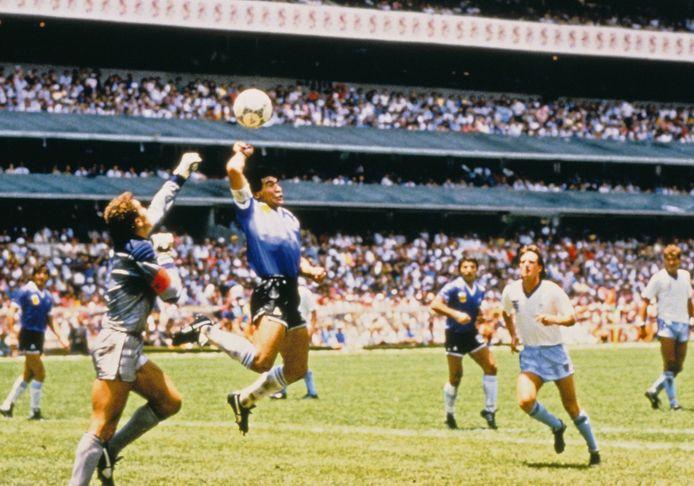 Diego Armando Maradona scoort met de hand.