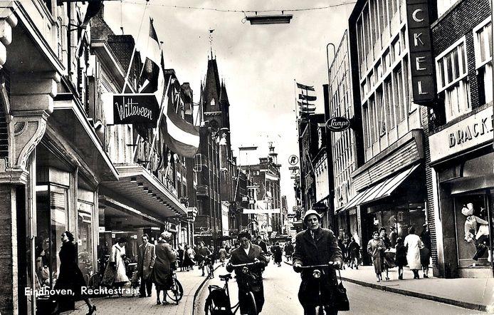 De Rechtestraat anno 1955, met links het toenmalige filiaal van Witteveen.