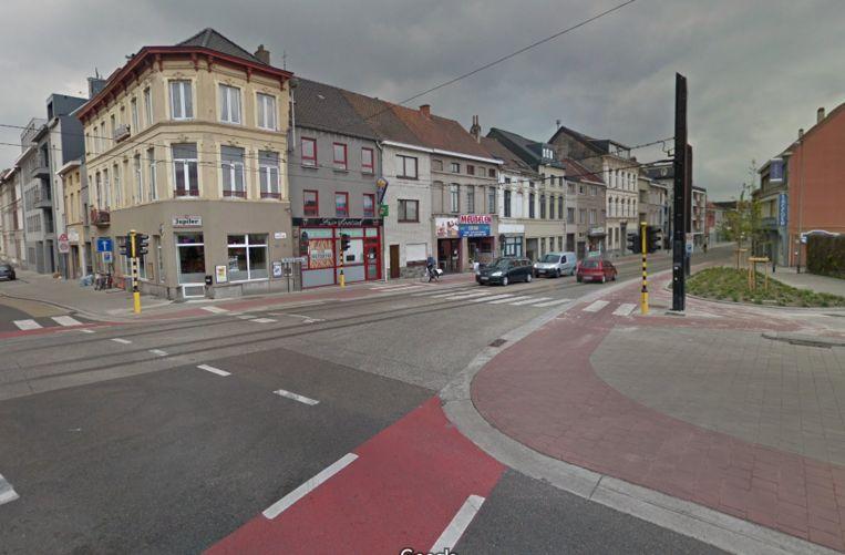 Het ongeval gebeurde op het kruispunt van de Brusselsesteenweg met de Keizervest. De politie gaat niet uit van vluchtmisdrijf, maar denkt dat de chauffeur niet gemerkt heeft dat hij iemand geraakt heeft.