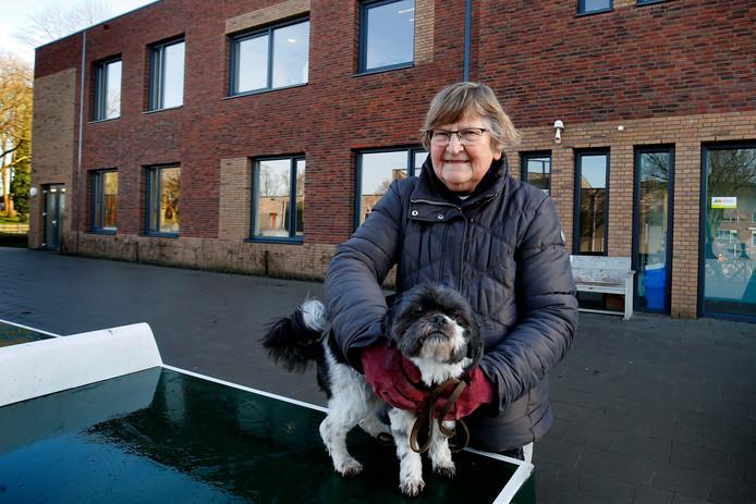 Voormalig schooljuffrouw Annie Colijn met haar hondje Luna voor de nieuwe brede school in Asperen.