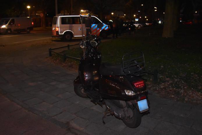 De scooter kwam in botsing met een auto in Nijmegen.