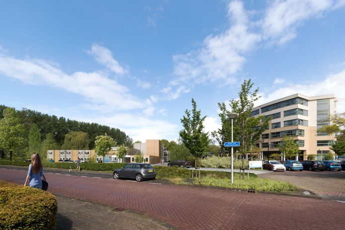 De tijdelijke huisvesting van Zorgpartners Midden-Holland aan de Anna van Meertenstraat in Gouda met rechts het verpleeghuis Prinsenhof.