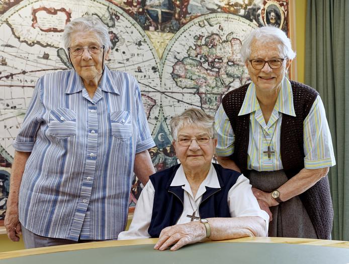 De Witte Zusters Tiny Hölscher, Antoinette Winkelman en Bep van Grieken(vlnr) uit Boxtel zijn dankbaar dat ze in Afrika konden werken voor hun congregatie.