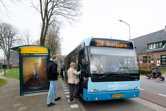 Sjoerd Knop pakt in Hoenderloo de bus op weg naar het lentebierfestival in Apeldoorn.