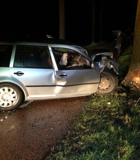Automobilist gewond na botsing met boom in Aalten