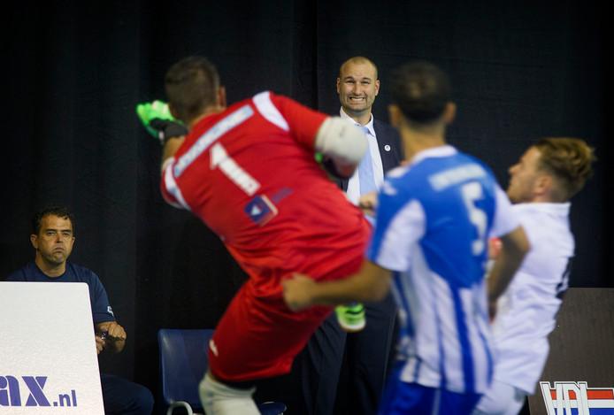 Coach Jan Vogels van FC Eindhoven kijkt toe.