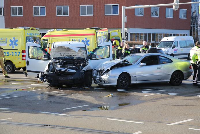 Aanrijding busje met personenauto op de kruising van de Laan van Leidschenveen met de Donau in Den Haag. Twee inzittenden worden in de ambulance verzorgd.