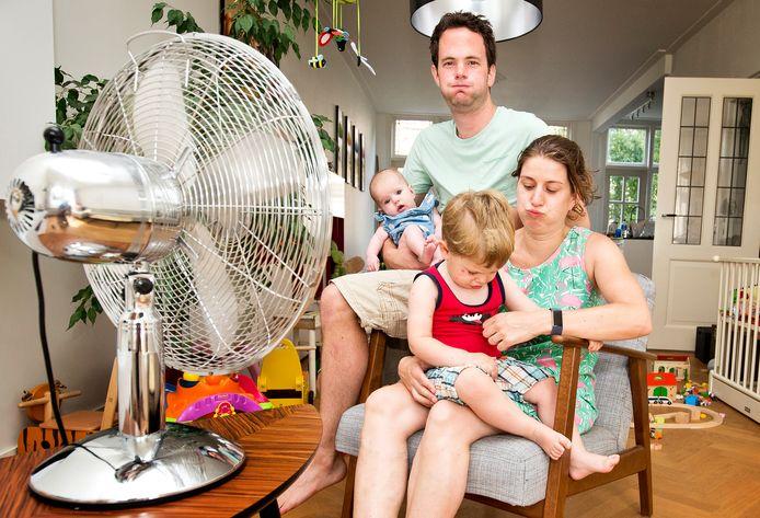 Joep Dormans en zijn gezin kregen hun huis in Naaldwijk vorige week niet meer gekoeld. Zij zochten verkoeling bij een ventilator.