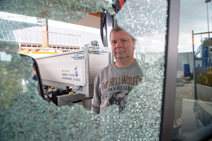 Ernst Veldhuis van de afdeling Beheer Openbare Ruimte bij een ingeslagen raam van een busje op de Hardenbergse gemeentewerf. Daar werd ook een mislukte poging gedaan een schaftkeet open te breken.
