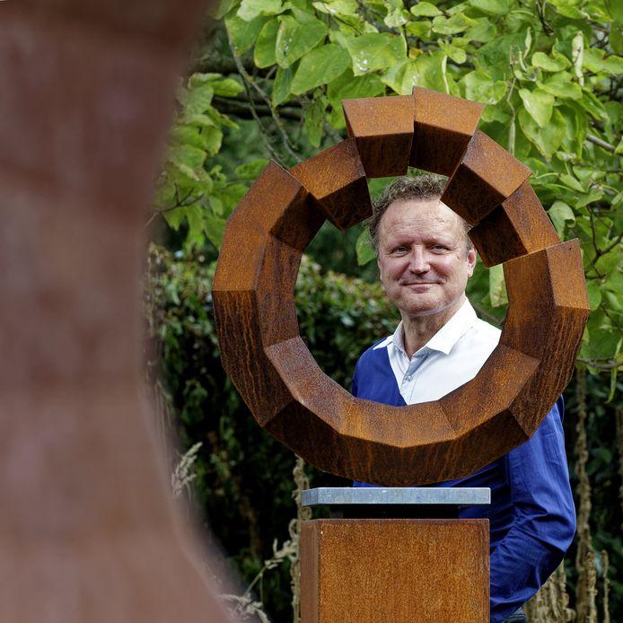 Roland de Jong Orlando bij een van zijn werken in de beeldentuin van het Schijndelse museum Jan Heesters: Meta Rationality.