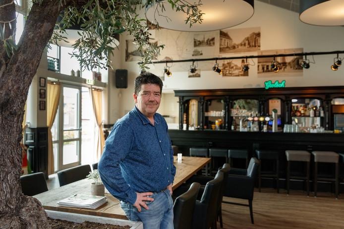 Een trotse Erik van der Linden in het verbouwde gemeenschapshuis De Standaert.