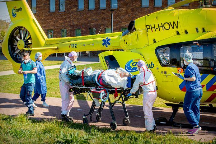 Een coronapatiënt op de intensive care werd half april  verplaatst met een traumahelikopter. Nu de druk op de ic's flink is verminderd is dat niet meer nodig.