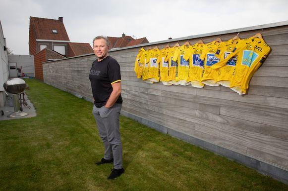 Johan Bruyneel met gele truien die hij cadeau kreeg. Daarop telkens een dankwoord, veelal van Lance Armstrong, uiterst rechts van Alberto Contador.