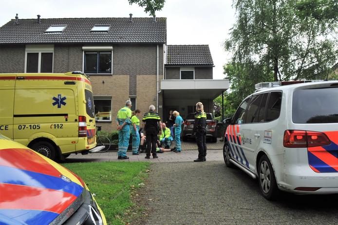 Hulpdiensten en omstanders ontfermen zich over de gewonde wielrenner.