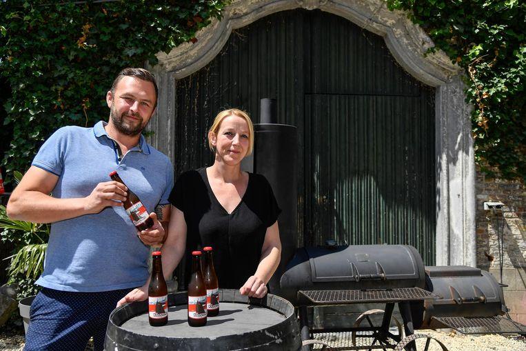 Hans Van der Poten en Erika De Decker met hun nieuw bier: 'Ne Knaptand'.