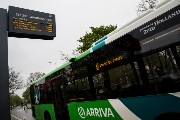 Een bus van vervoersmaatschappij Arriva rijdt langs een bushalte