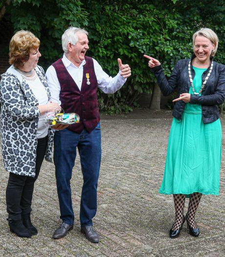 Burgemeesters brengen lintjes thuis in Dalfsen en Hardenberg, wel feestelijk samenzijn in Ommen