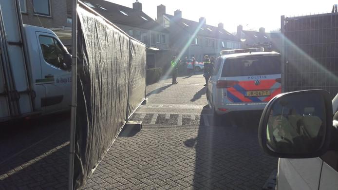 Politie bezig met het onderzoek in de Zwolse wijk.