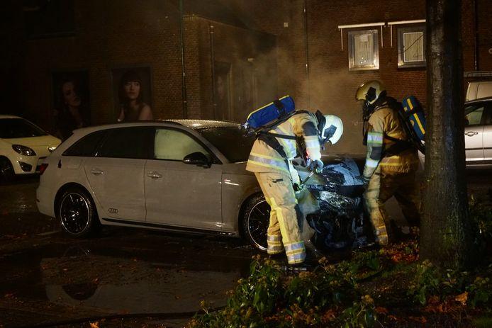 De brandweer gebruikte een koevoet om de motorkap open te krijgen.