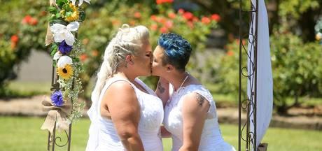 Bruiden geven elkaar het jawoord tijdens eerste homohuwelijk in Australië