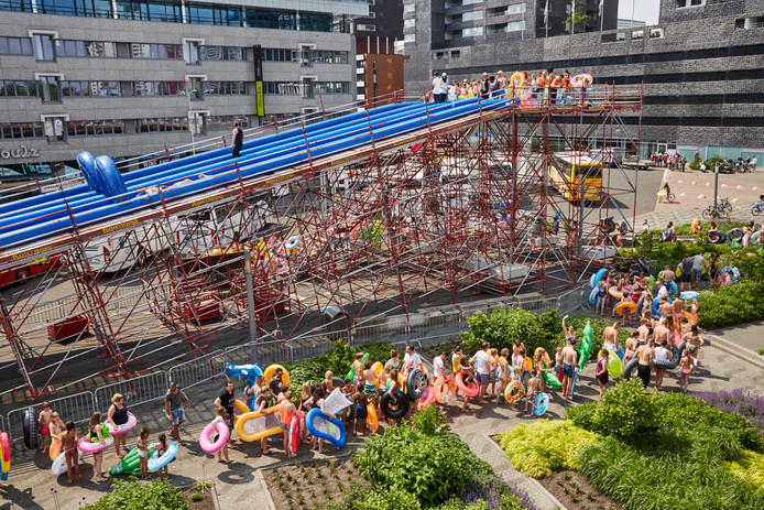 De enorme waterglijbaan kwam in 2016 al naar Rotterdam.