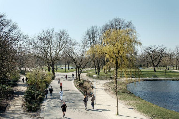 Sommige ingangen van het Vondelpark zijn zondag gesloten. Beeld Jakob Van Vliet
