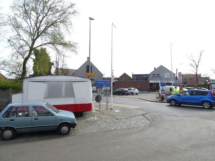 Grensovergang in Koewacht, met net over de grens (rechts) Otto's ambachtelijke bakkerij.