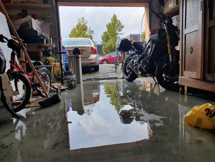 Alle garages in de buurt waar Marije Zuidema woont, liepen vol water na een hevige bui boven Zwolle.