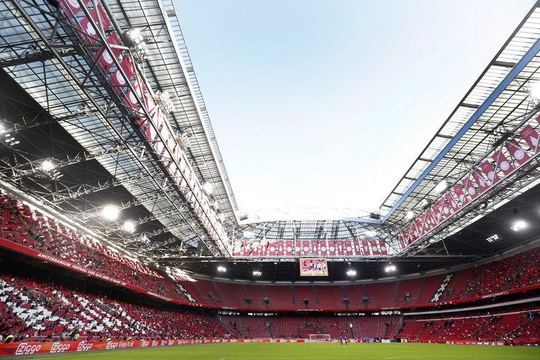 Supporters houden afstand op de tribune tijdens de vriendschappelijke wedstrijd tussen Ajax en Eintracht Frankfurt in de Johan Cruijff Arena. Beeld ANP