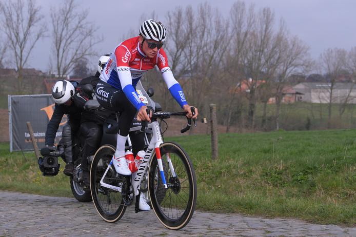 Mathieu van der Poel op de fiets tijdens de verkenning voor de Ronde van Vlaanderen.