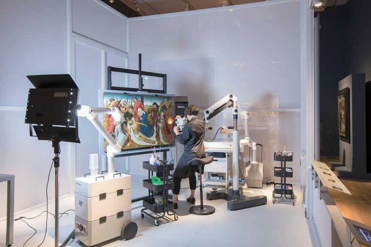 Lieve d'Hont restaureert het paneel van Van der Weyden in het Mauritshuis. Beeld Ivo Hoekstra / Mauritshuis, Den Haag