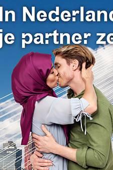 Posters met zoenende moslima leiden tot woedende reacties
