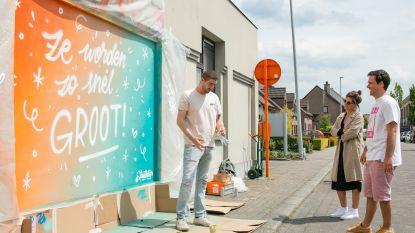 'Ze worden zo snel groot': Straatletters brengt kleurrijke boodschap aan Huis van het Kind