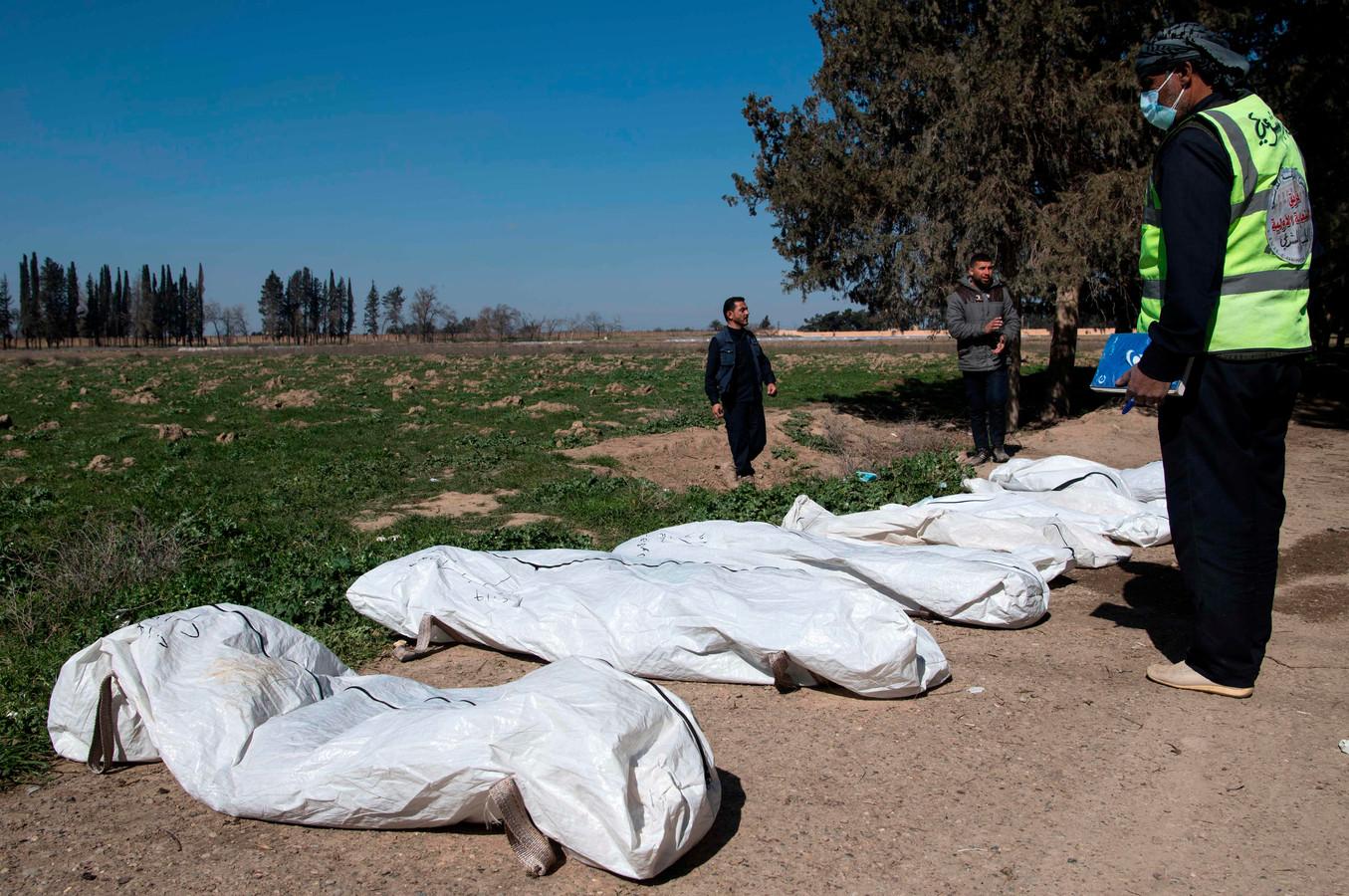 Een massagraf in de buurt van Raqqa (Syrië), voormalige hoofdstad van het kalifaat. De lichamen zijn na het vertrek van IS uit de grond gehaald.
