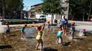 Kinderen zoeken verkoeling in fontein op kerkplein