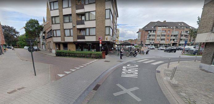 Het kruispunt van de Kerkstraat met de Hoogstraat (N367c) in Gistel.