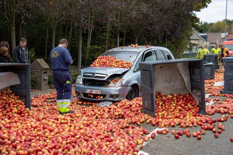 De appelen lagen verspreid over straat en hebben twee auto's beschadigd.