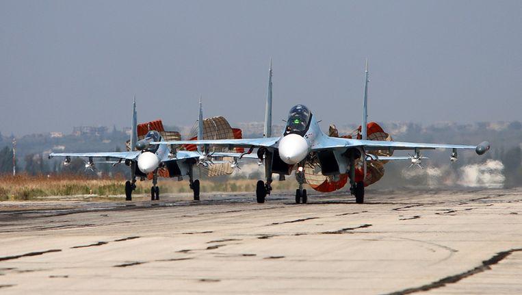 Russische gevechtsvoertuigen landen op het Hmeimim vliegveld in Syrië. Beeld anp