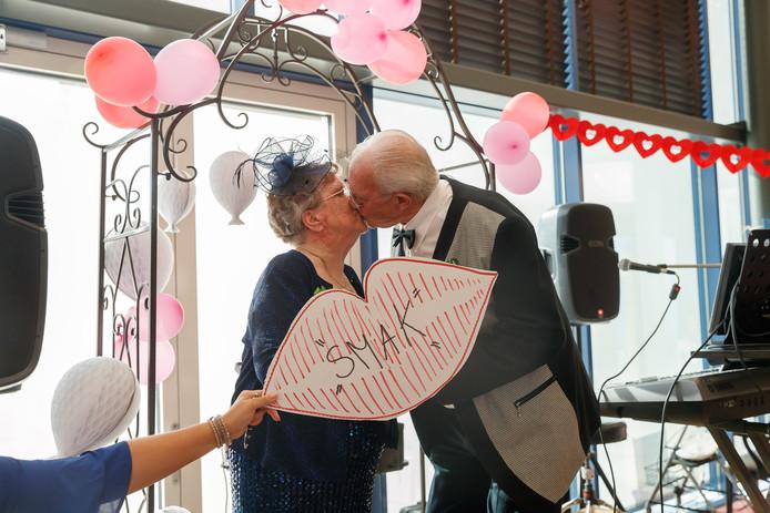 Oudenbosch - 13-7-2018 - Foto: Marcel Otterspeer / Pix4Profs - Joke is 82 en trouwt nogmaals, maar dan helemaal opgedirkt. Jack heet toevallig ook Nuijten, maar ze zijn beide weduwe/weduwnaar. Het is het slot van een vakantieweek op de Zellebergen