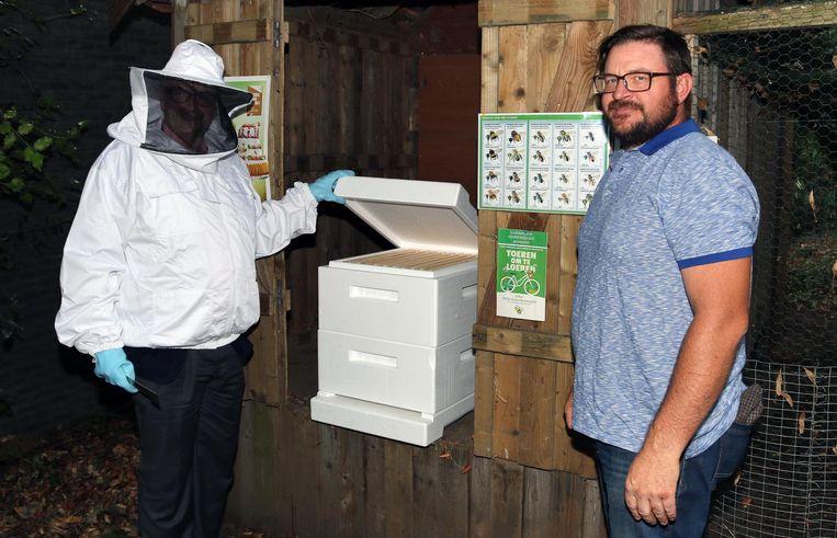 Eric Van Meensel (in imkerpak) en de echte imker Johan Aerts bij de bijenkast.