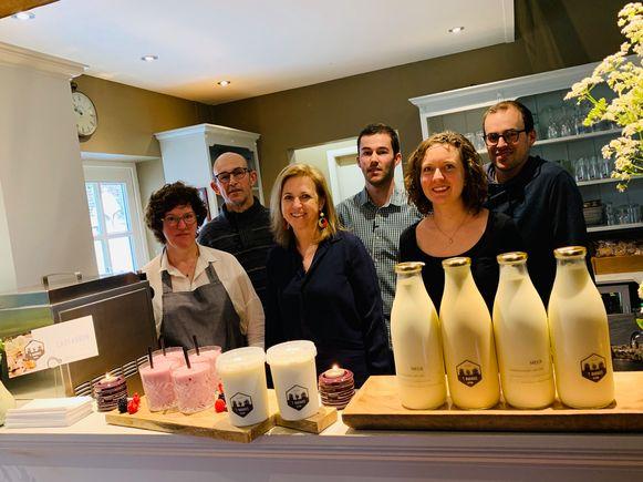 Gedeputeerde Inge Moors gaf de aftrap van de Week van de Korte Keten met een bezoek aan boerderij 't Bakhuis in Sint-Martens-Voeren, waar de melk van eigen koeien verwerkt wordt tot boter, yoghurt en ijs.
