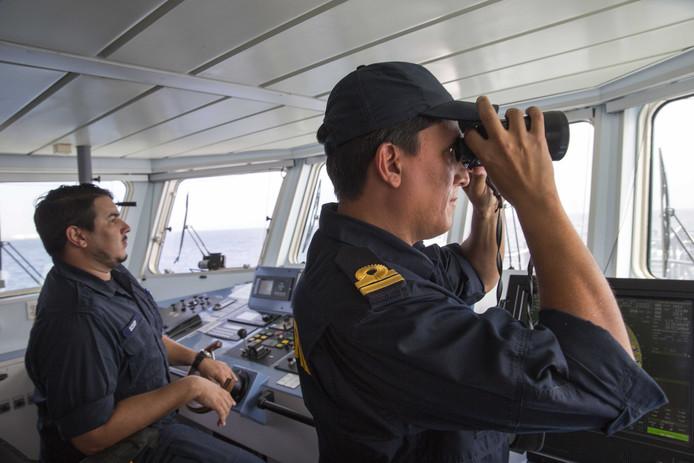 De kustwacht van Aruba op patrouille. Zij controleren bootjes in de territoriale wateren rond het eiland op vluchtelingen en mensensmokkel uit Venezuela.