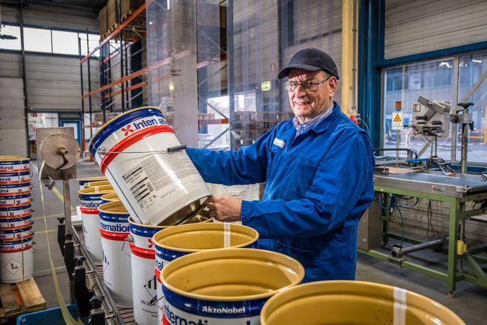 Peter van Pijkeren uit Wapenveld is 64 jaar en werkt al vijftig jaar bij AkzoNobel in zijn woonplaats.