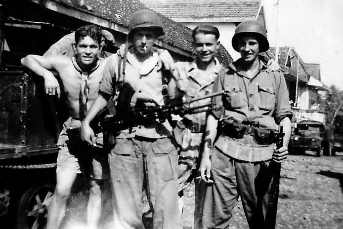 Aloys Roemaat (links) in de tijd dat hij in Indonesië zat.